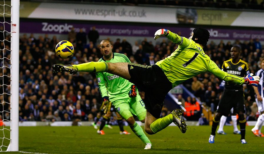 Petr Cech tries to stop the ball